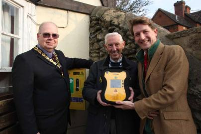 Dep Myr, Cllr Richard Williams, Highworth Lions President Terry Coker & George Arkell with defibrillator at The Plough, HighworthLR.jpg